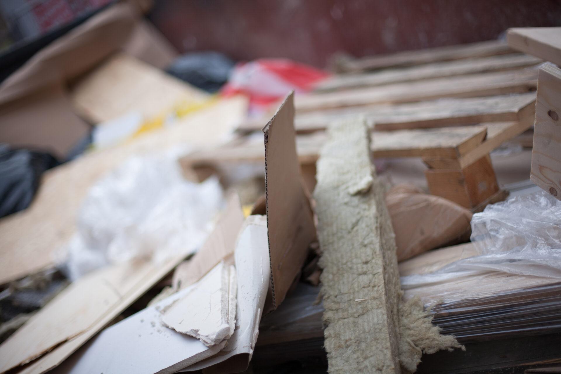 Avfall och skräp. Renall hjälper dig och ditt företag genom att hämta och lämnar ditt avfall och lämnar till godkända behandlingsanläggningar.
