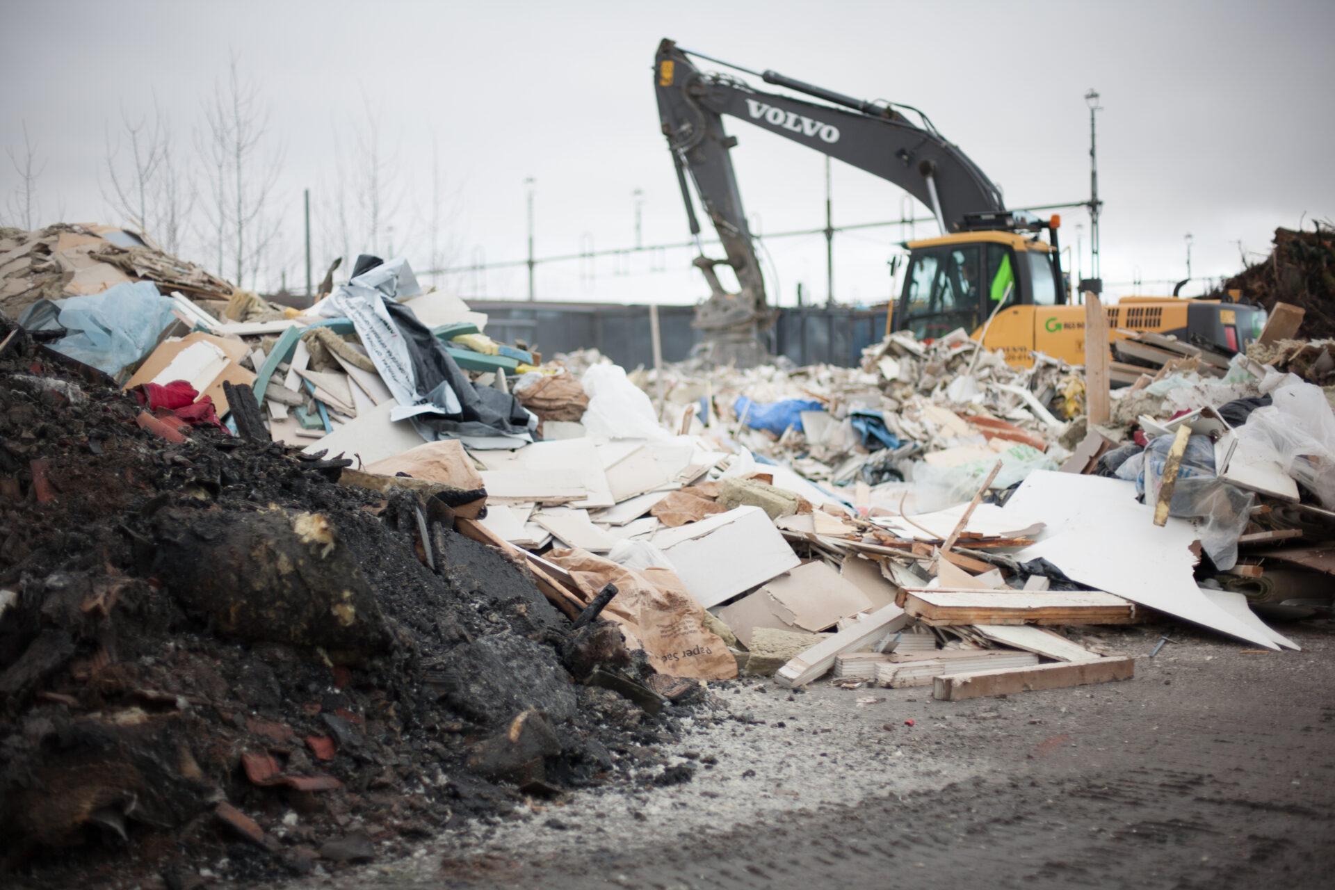 En avfallshanterare i arbete. Renall har kompletta avfalls- och återvinningslösningar.