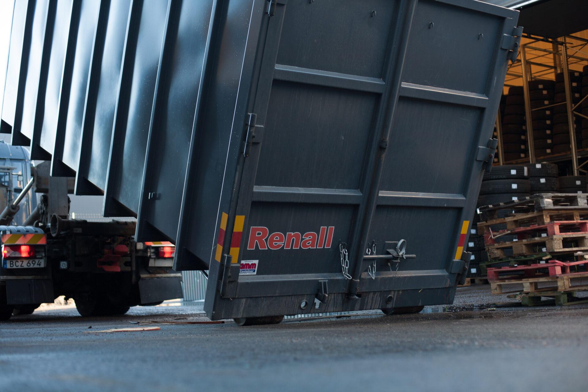 Hyr container av Renall. Lossning av container på lastplats.