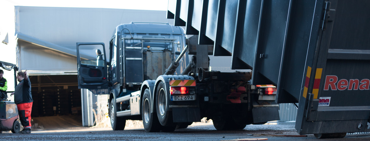 Bilden visar lastning och lossning av cointainer som du kan hyra av Renall