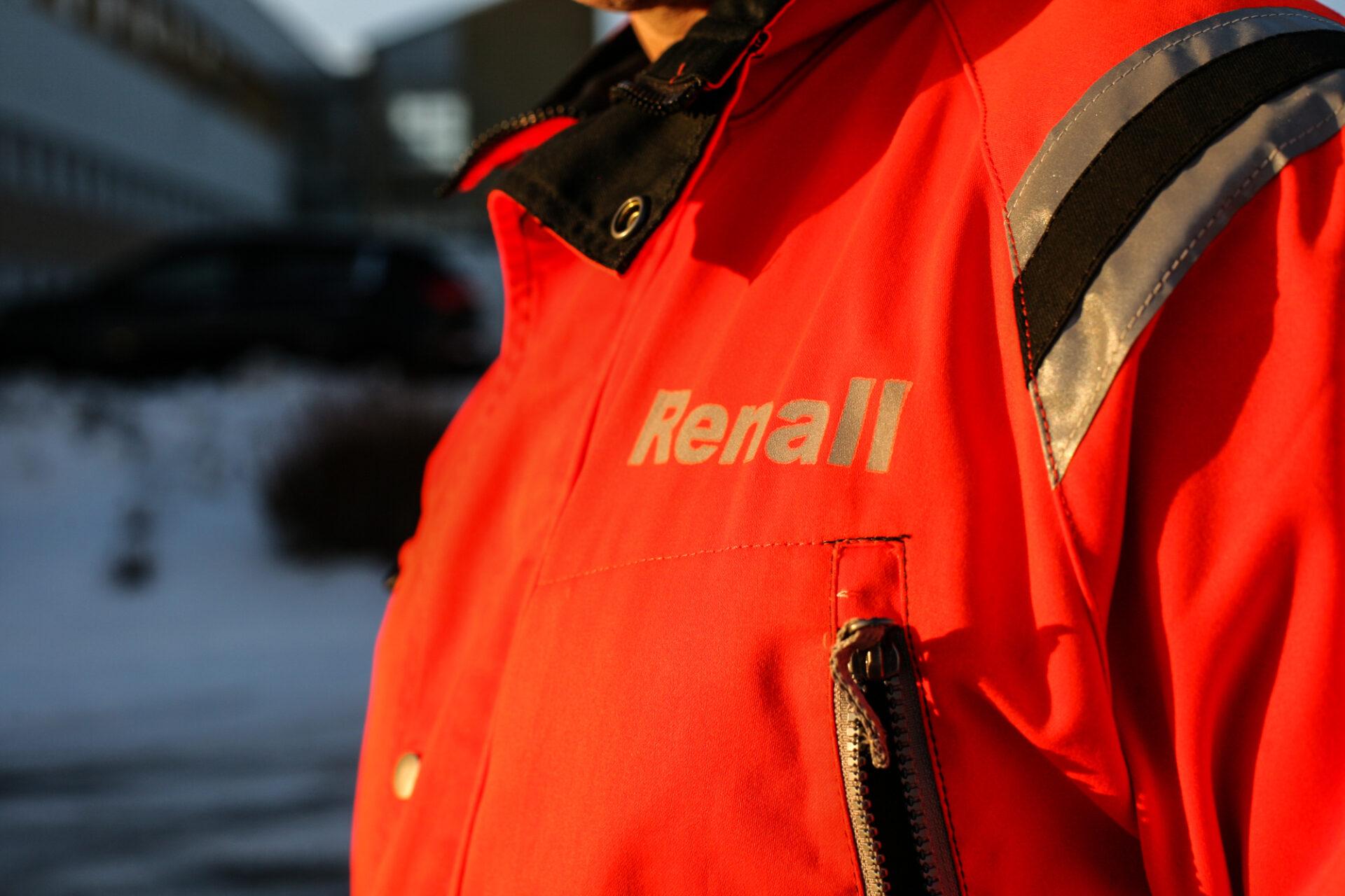 Närbild på person med röda varselkläder från Renall.