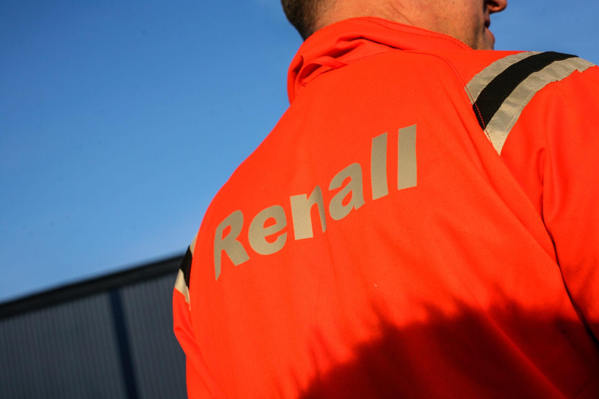 Närbild av persons rygg iklädd jacka med Renall-logga